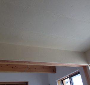 八女和紙を石垣貼(れんが風)にすることにより、趣のある天井に仕上がります。