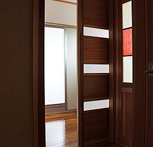 """開き戸(トイレ)には、""""名尾和紙""""をガラスではさみ、柔らかな光が入るように工夫しています。"""